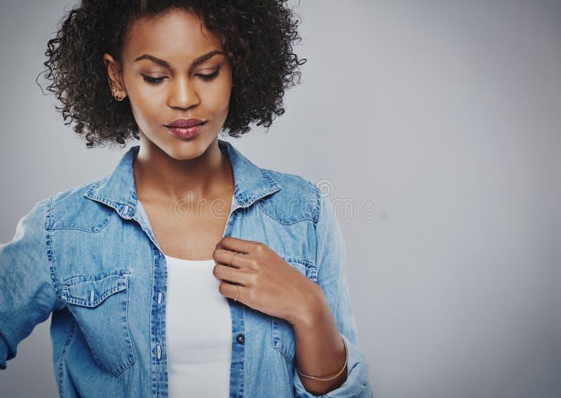 Rozważna atrakcyjna młoda amerykanin afrykańskiego pochodzenia kobieta zdjęcie royalty free