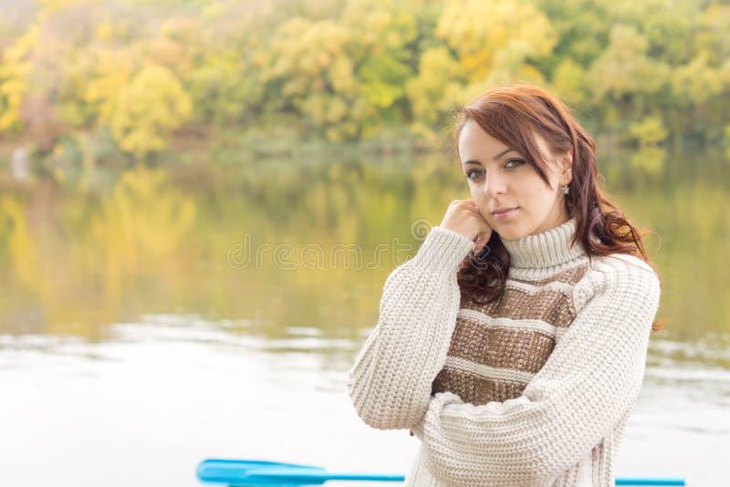 Rozważna atrakcyjna młoda kobieta fotografia royalty free