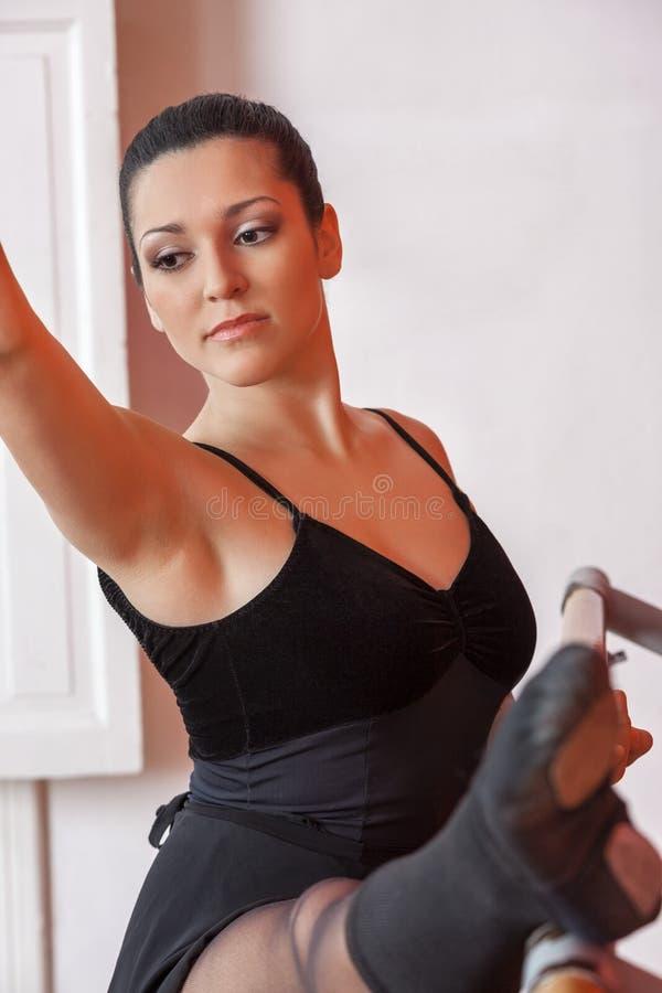 Rozważna balerina Ćwiczy Przy baleta barem obrazy stock