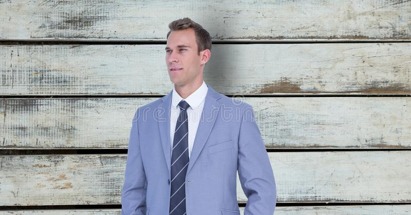Rozważna biznesmen pozycja przeciw drewnianej ścianie obraz royalty free