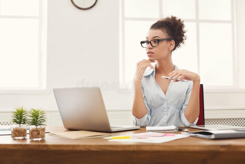 Rozważna biznesowa kobieta przy biurem obraz stock