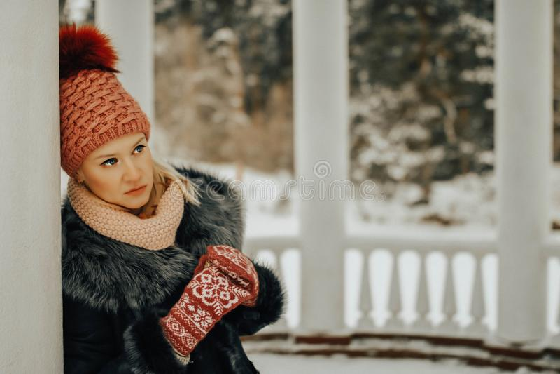 Rozważna blondyn dziewczyna w zimie odziewa obraz royalty free