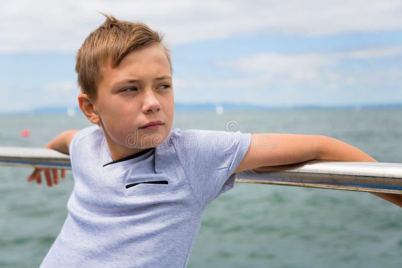 Rozważna chłopiec na morzu obraz royalty free
