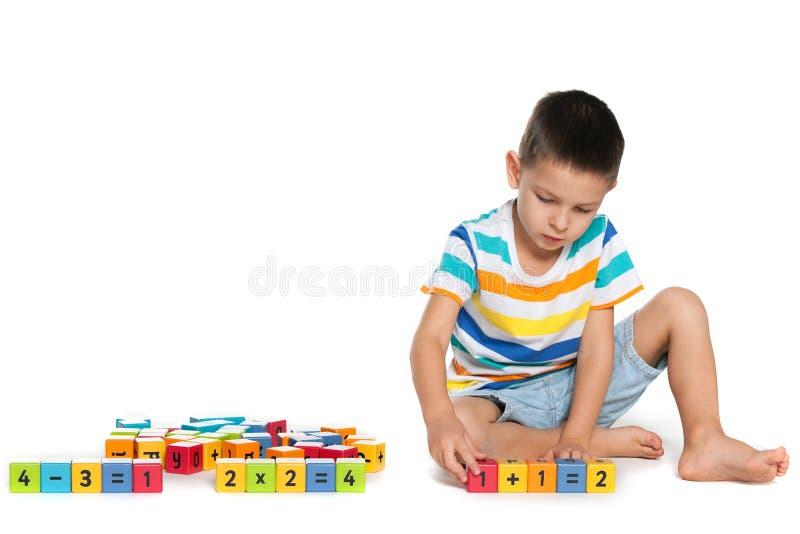 Rozważna chłopiec z blokami na podłoga zdjęcia stock
