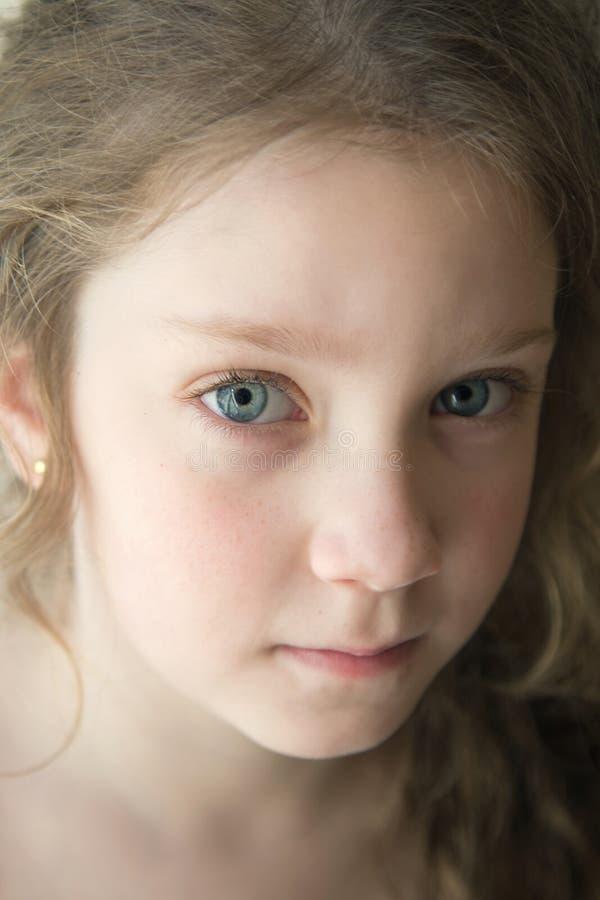 Rozważna dziewczyna z dużymi niebieskimi oczami zdjęcia royalty free