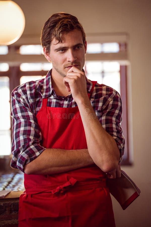 Rozważna kelner pozycja przy kontuarem fotografia royalty free