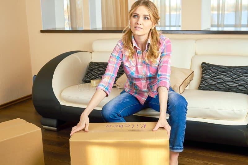 Rozważna kobieta i karton zdjęcie stock