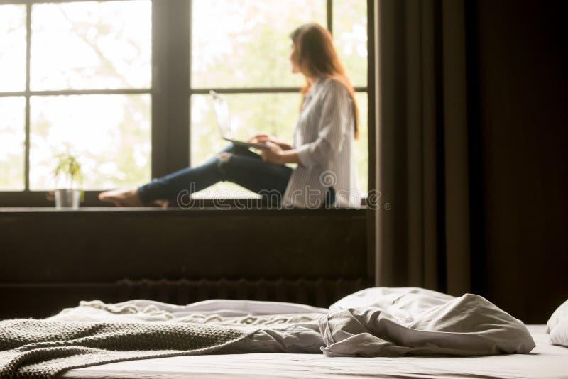 Rozważna kobieta marzy podczas gdy pracujący przy laptopem w domu obrazy stock