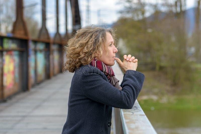 Rozważna kobieta ono wpatruje się za moście od zdjęcia royalty free