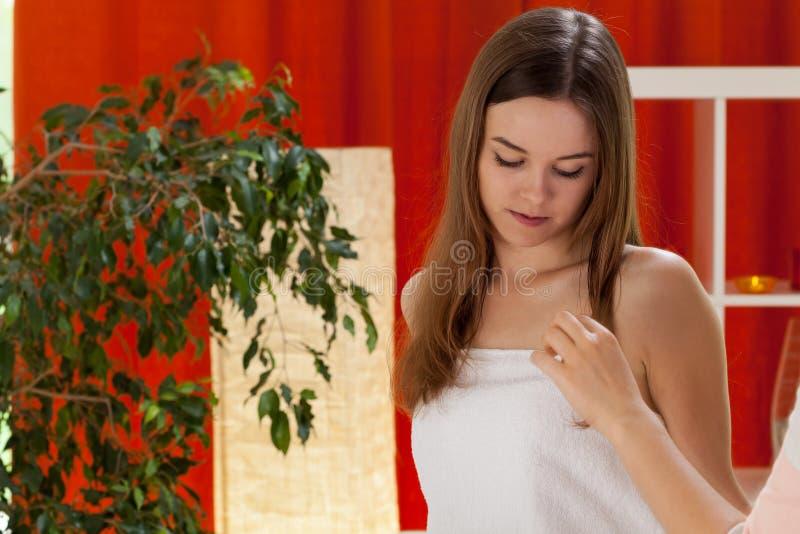 Rozważna kobieta po piękna traktowania obrazy stock