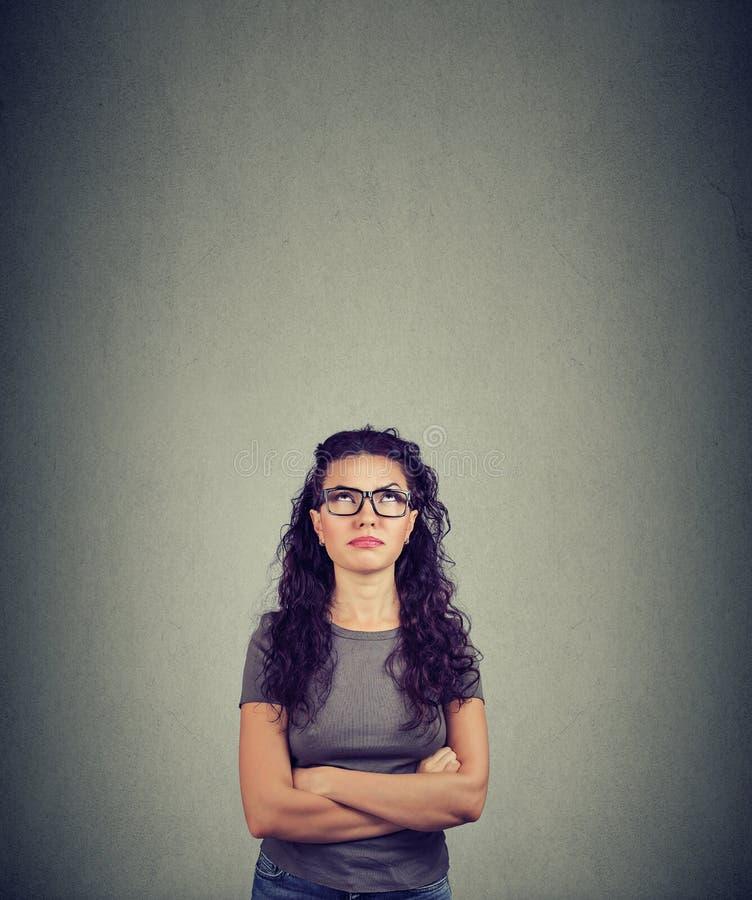 Rozważna kobieta przyglądająca w górę kontemplacji w obrazy stock