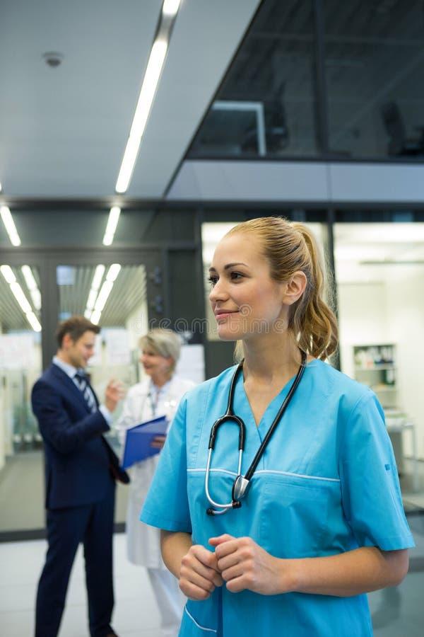 Rozważna kobiety lekarka stoi n korytarz obraz stock