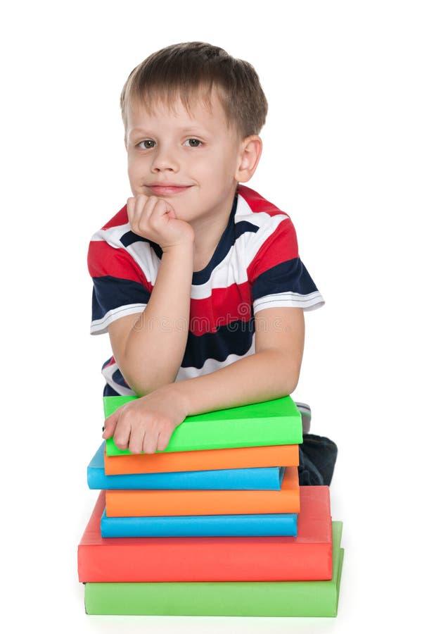 Rozważna młoda chłopiec z książkami obrazy stock