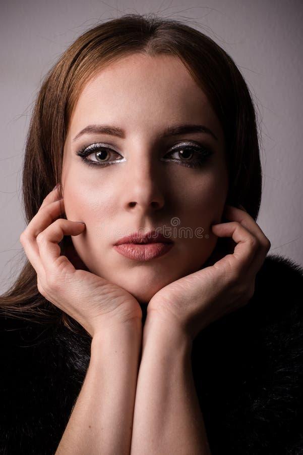 Rozważna młoda kobieta gapi się przy kamerą zdjęcie stock