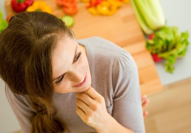 Rozważna młoda kobieta w kuchni obrazy stock