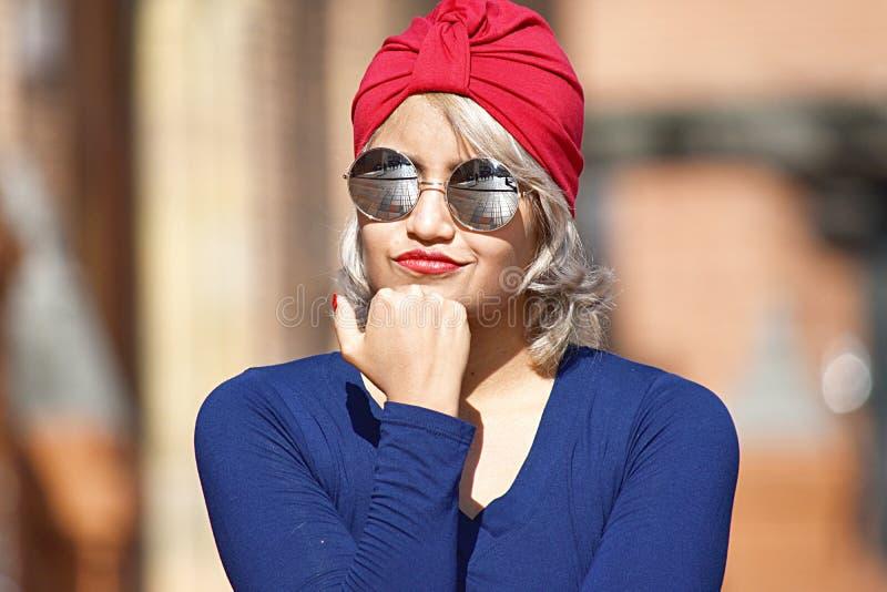 Rozważna Młoda Różnorodna Muzułmańska kobieta Jest ubranym turban obrazy royalty free