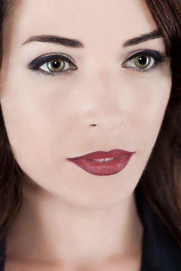 Rozważna piękna kobieta z zielonymi oczami i czerwonymi wargami obraz stock