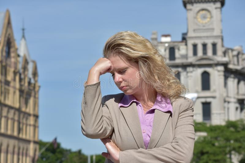 Rozważnej Dorosłej blondynki Biznesowa kobieta Jest ubranym kostium fotografia stock