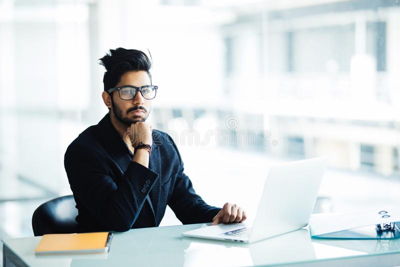 Rozważni skoncentrowani młodzi międzynarodowi męscy ucznie robi pojęcia planowaniu dla coursework przygotowywa robić raportowi na obraz stock