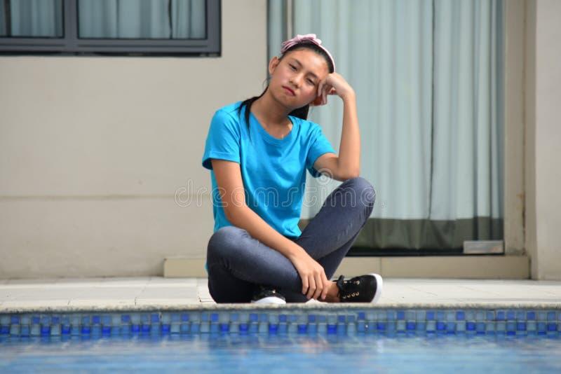 Rozważny Ładny Azjatycki Nastoletni dziewczyny obsiadanie basenem fotografia royalty free