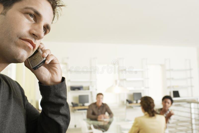 Rozważny biznesmen Używa telefon komórkowego W sala konferencyjnej obrazy royalty free