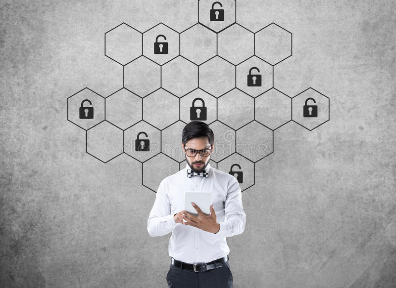 Rozważny biznesmen z heksagonalnym kędziorek ochrony pojęciem zdjęcia stock