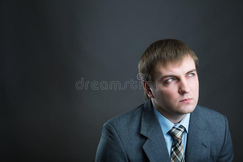 Rozważny biznesmena portret odizolowywający na szarość obrazy stock