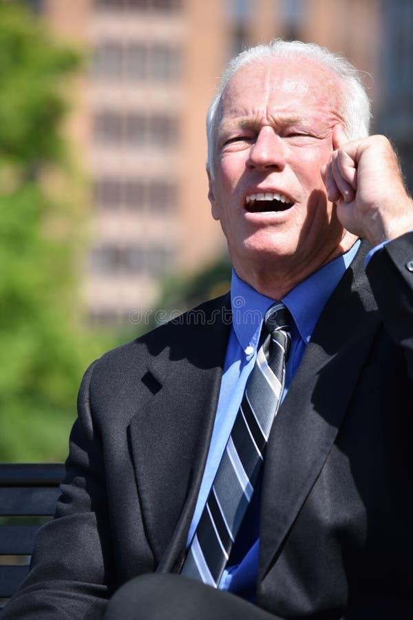 Rozważny Biznesowy mężczyzna Jest ubranym kostiumu I krawata obsiadanie fotografia stock