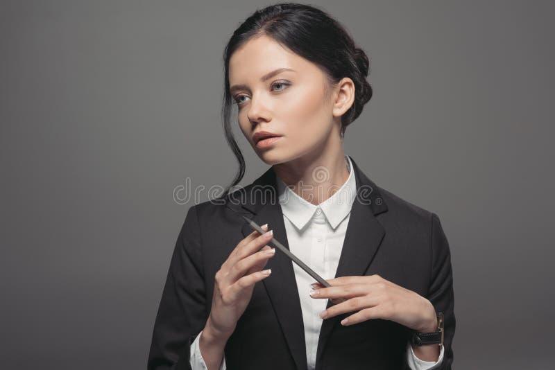 rozważny caucasian bizneswomanu mienia ołówek i patrzeć daleko od obraz royalty free