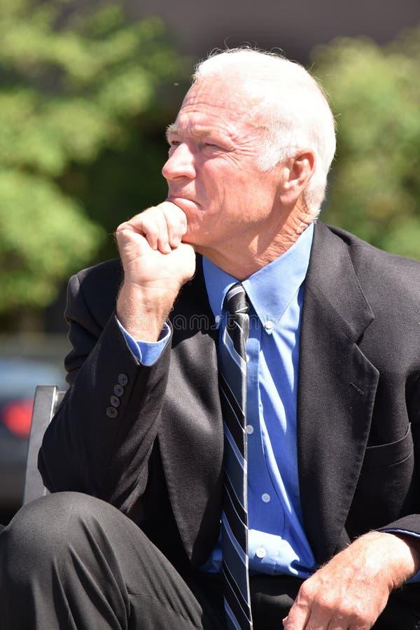 Rozważny Dorosły Starszy Biznesowy mężczyzna Jest ubranym garnituru obsiadanie obraz stock
