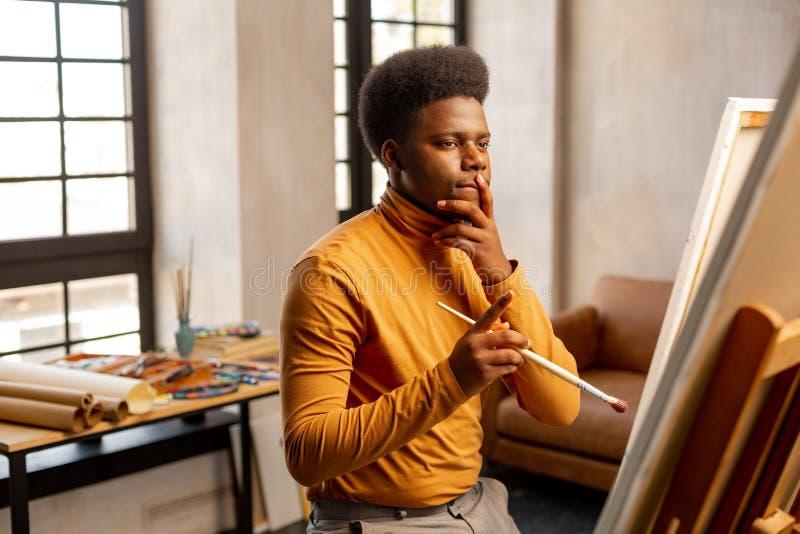Rozważny kreatywnie mężczyzna myśleć o czym malować zdjęcie stock