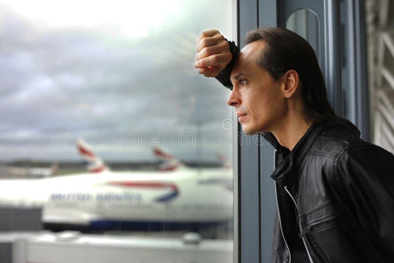 rozważny mężczyzna okno zdjęcie royalty free