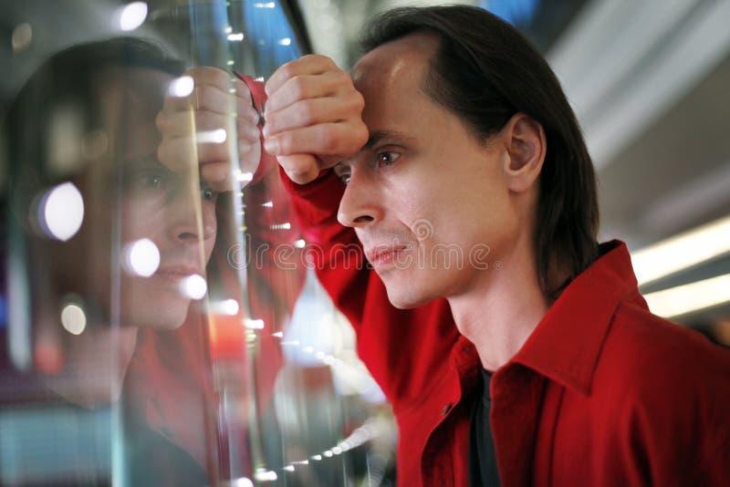 rozważny mężczyzna okno obrazy stock
