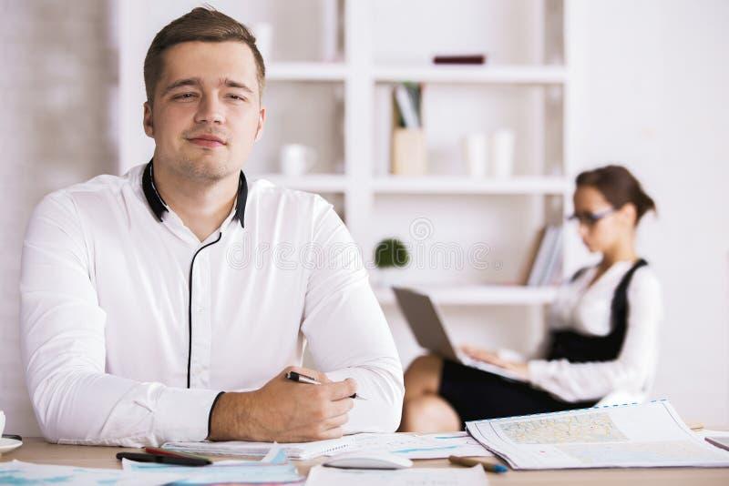 Rozważny mężczyzna robi papierkowej robocie zdjęcie stock