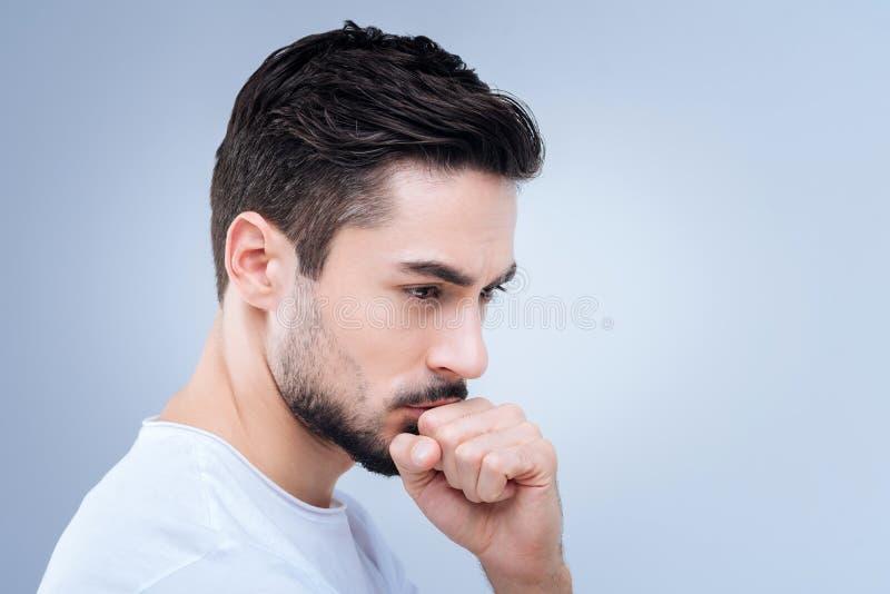 Rozważny młody człowiek ono zmaga się robić znacząco decyzi zdjęcie royalty free
