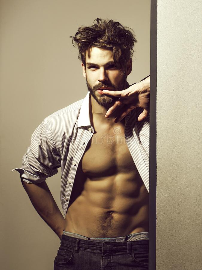 Rozważny przystojny mięśniowy mężczyzna zdjęcie royalty free