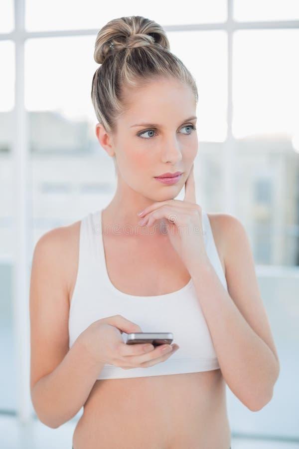 Rozważny sporty blondynki wysylanie sms fotografia royalty free