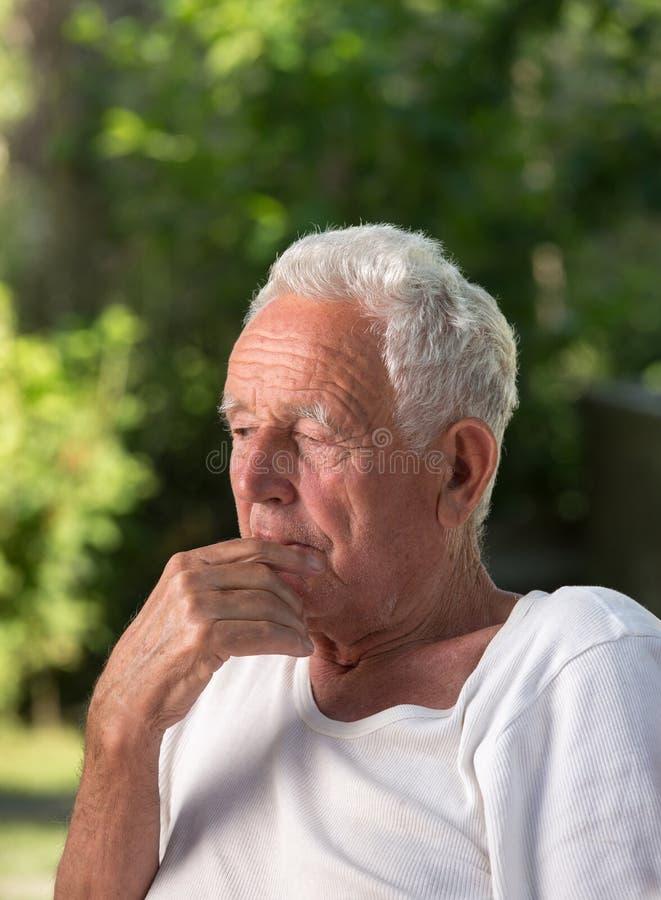 Rozważny stary człowiek w parku obraz stock