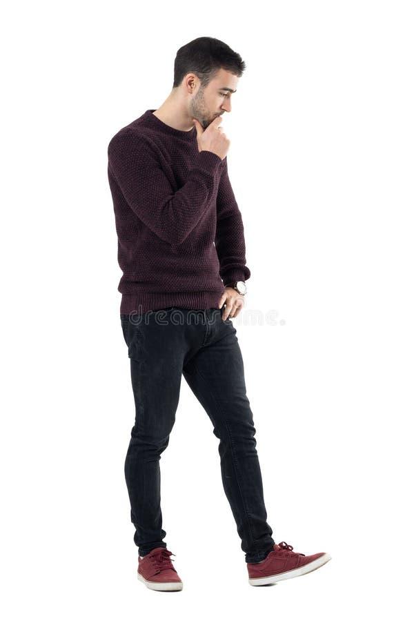 Rozważny zaakcentowany przypadkowy mężczyzna odprowadzenie i patrzeć w dół zdjęcie royalty free