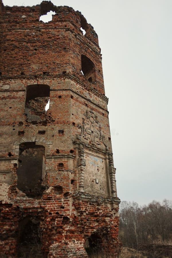 rozwalony zamek ruiny stary europejczyk Roszują na jesieni popołudniu obraz royalty free