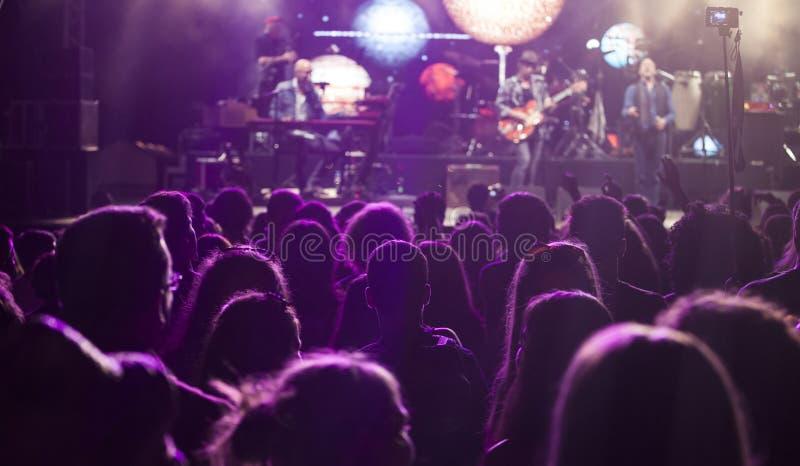 Rozweselać tłumu przy elektronicznej muzyki koncertem obrazy stock
