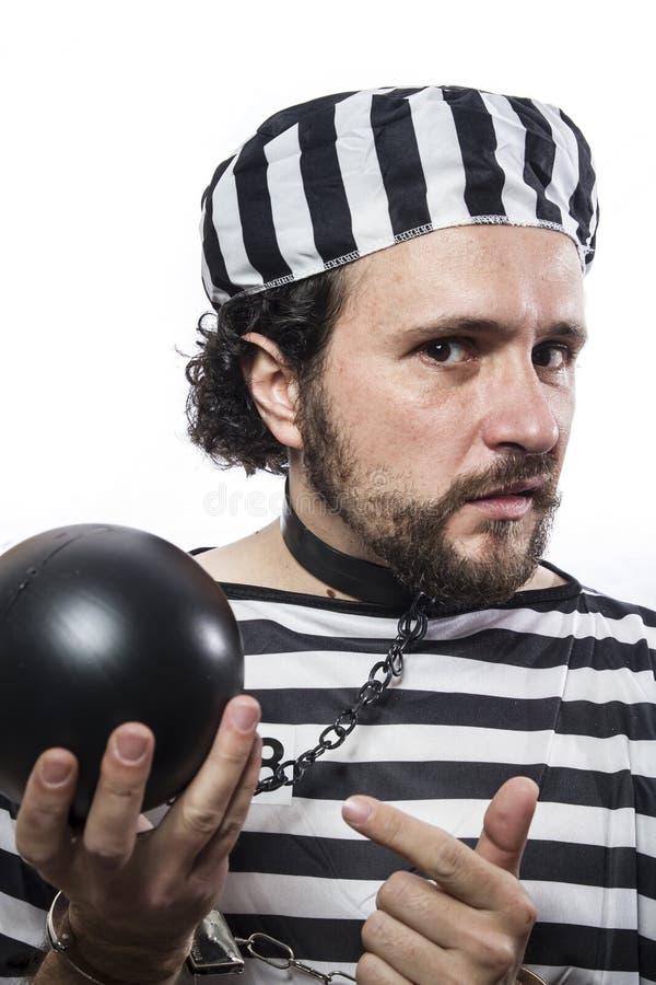 Rozwiązanie, jeden caucasian mężczyzna więźnia przestępca z łańcuszkową piłką fotografia stock