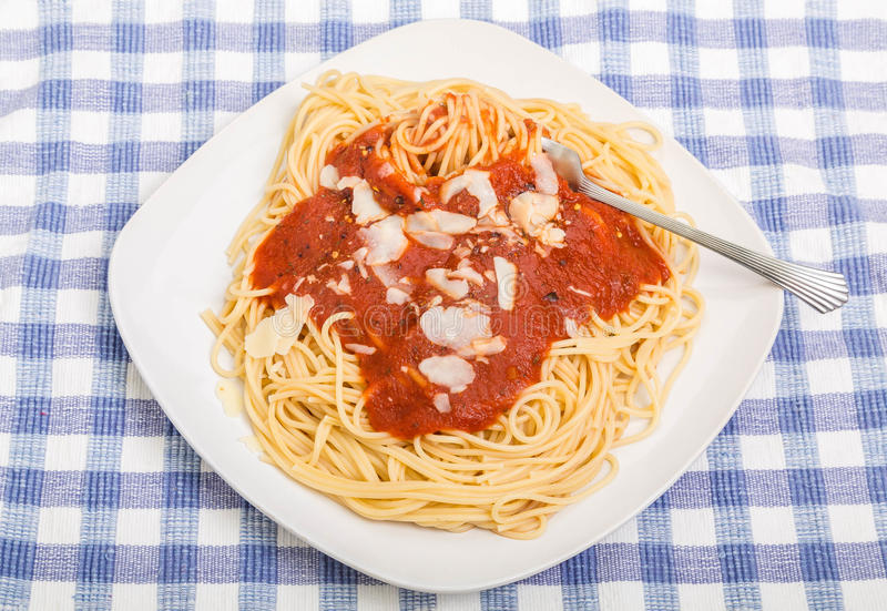 Rozwidlenie Twirling spaghetti z Pomidorowym kumberlandem, Parmezański i obrazy stock