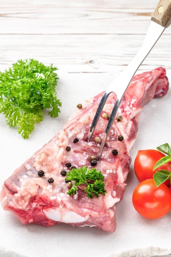 Rozwidlenie w kawałku mięso wieprzowiny brisket żebruje szpachelkę zdjęcia royalty free