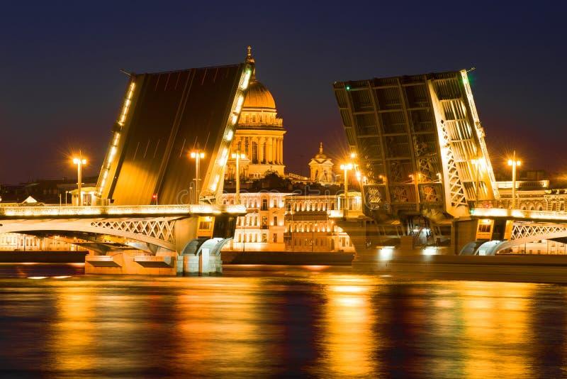 Rozwiedziony Annunciation most na tle kopuła St Isaac katedra katedralny Isaac cupola Petersburg Rosji jest święty st zdjęcia stock
