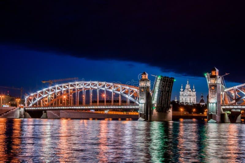 Rozwiedziony most cesarz Peter Wielki podczas bielu Nigh zdjęcie royalty free