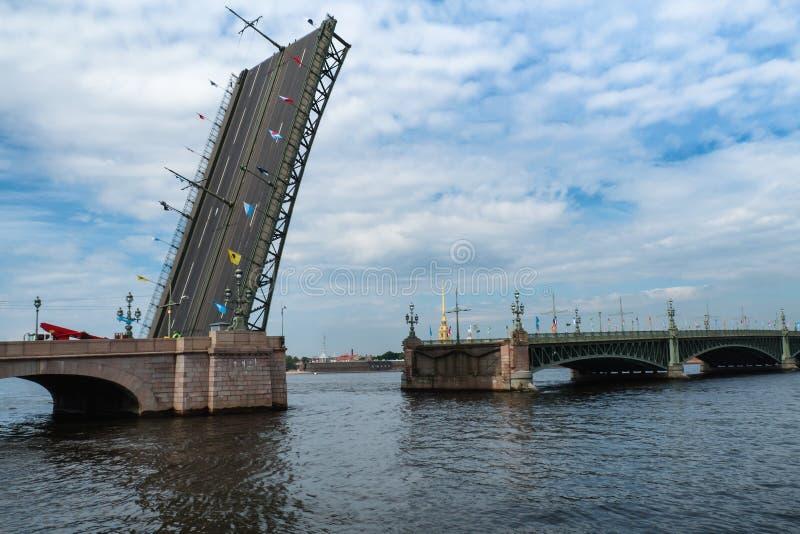 Rozwiedziony most przez Neva rzekę zdjęcia royalty free