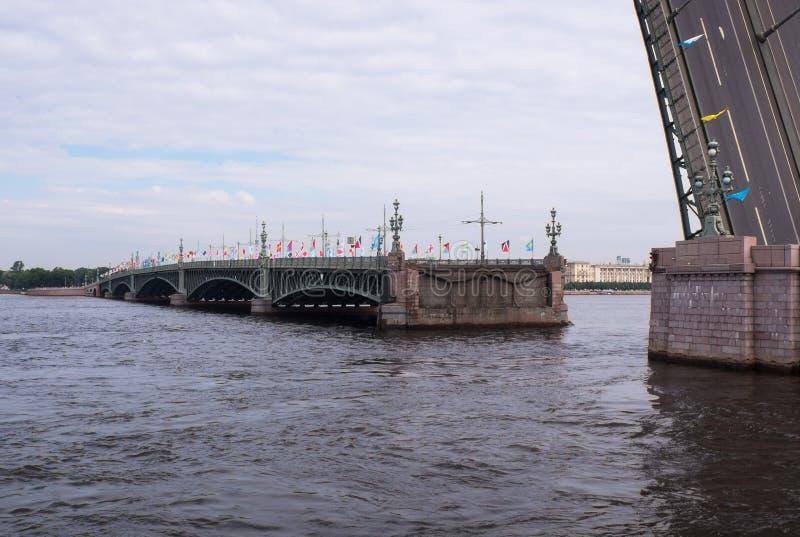 Rozwiedziony most przez Neva rzekę fotografia royalty free