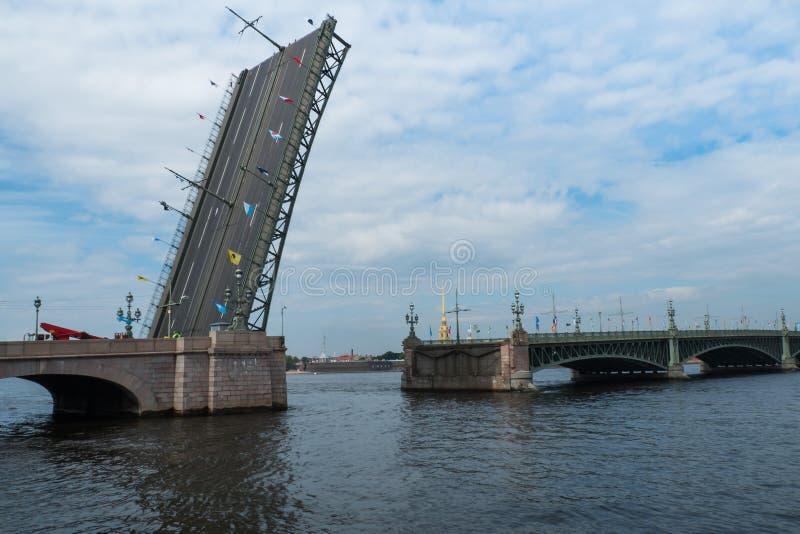 Rozwiedziony most przez Neva rzekę obrazy stock
