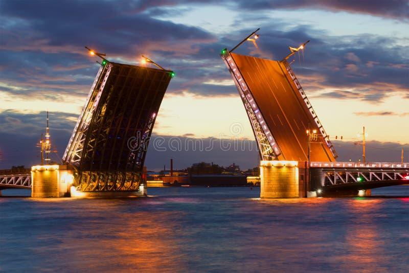 Rozwiedziony pałac most, Czerwiec noc petersburg bridżowy okhtinsky święty Russia zdjęcie royalty free